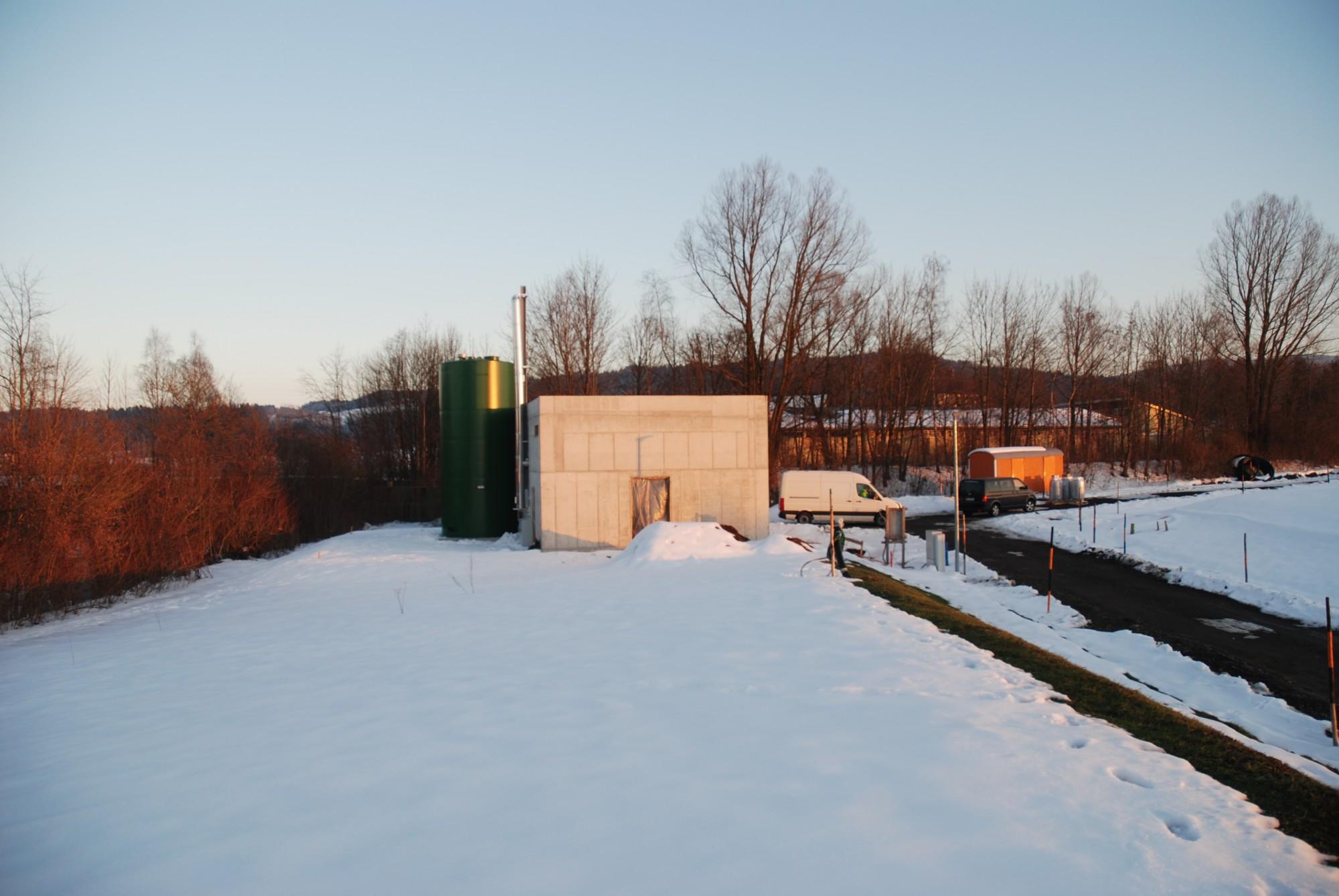 Das Bild zeigt den Rohbau des Heizwerkes und den Pelletsilo